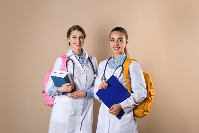 Estudiantes de medicina jovenes felices imagenes de archivo