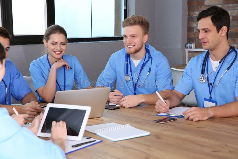 Estudiantes de medicina que estudian en la universidad fotografía de archivo