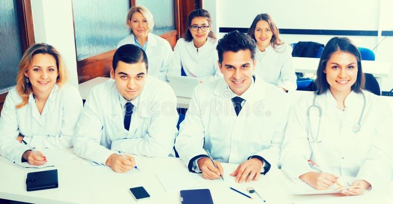 Estudiantes de medicina que se sientan en audiencia fotografía de archivo