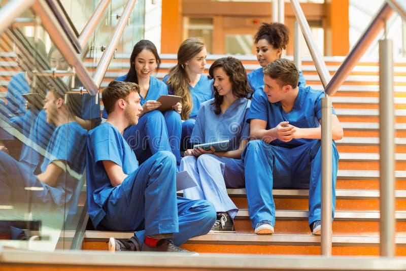 Estudiantes de medicina que toman una rotura en los pasos imagen de archivo libre de regalías