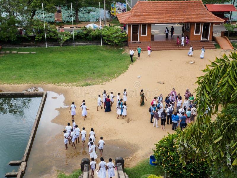 Estudiantes de Sri Lanka y turistas occidentales visithing el Isurumuni Viharaya en Anuradhapura foto de archivo libre de regalías