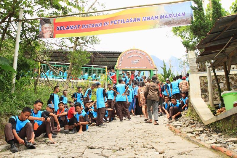 Estudiantes delante de la entrada al monumento de Mbah Marijan imagenes de archivo