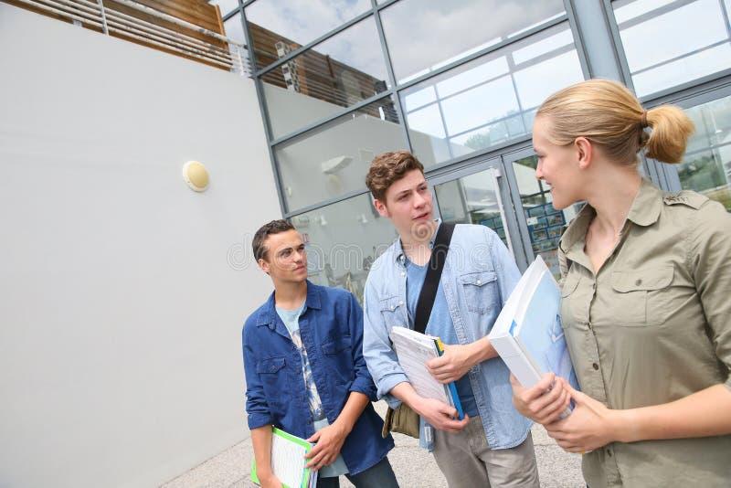 Estudiantes delante del campus imágenes de archivo libres de regalías