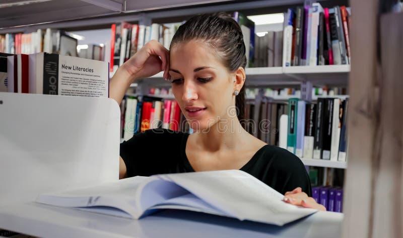 Estudiantes diversos en campus de la universidad imagenes de archivo