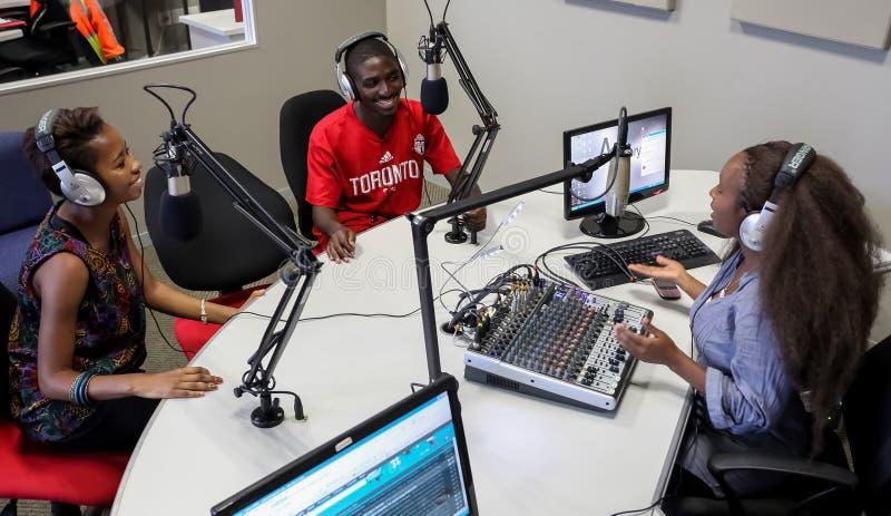 Estudiantes diversos en la estación de radio del campus de la universidad foto de archivo libre de regalías