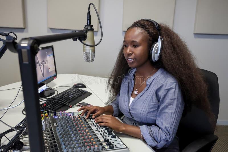 Estudiantes diversos en la estación de radio del campus de la universidad fotos de archivo