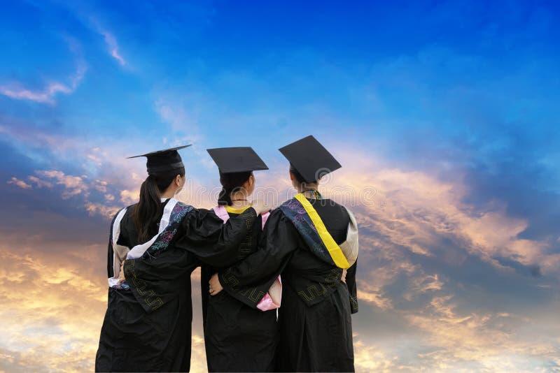 Estudiantes doctorales de una ropa de la graduación que llevan imagen de archivo