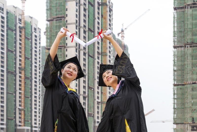 Estudiantes doctorales de una ropa de la graduación que llevan fotos de archivo