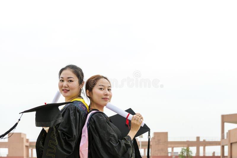 Estudiantes doctorales de una ropa de la graduación que llevan imágenes de archivo libres de regalías