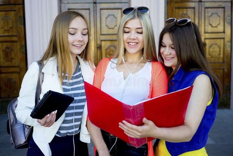 Estudiantes en campus imagenes de archivo