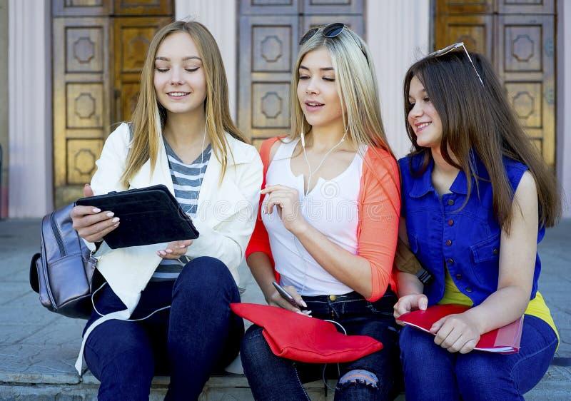 Estudiantes en campus imagen de archivo libre de regalías