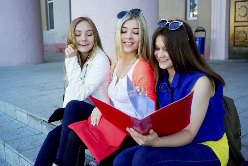 Estudiantes en campus foto de archivo