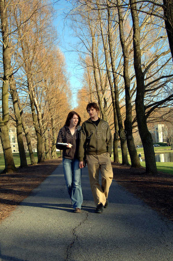Estudiantes en campus imagen de archivo