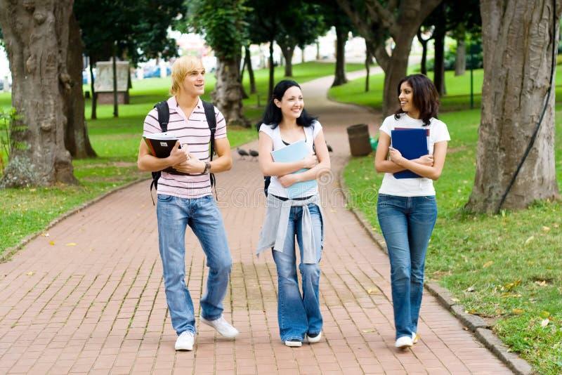 Estudiantes en campus imágenes de archivo libres de regalías