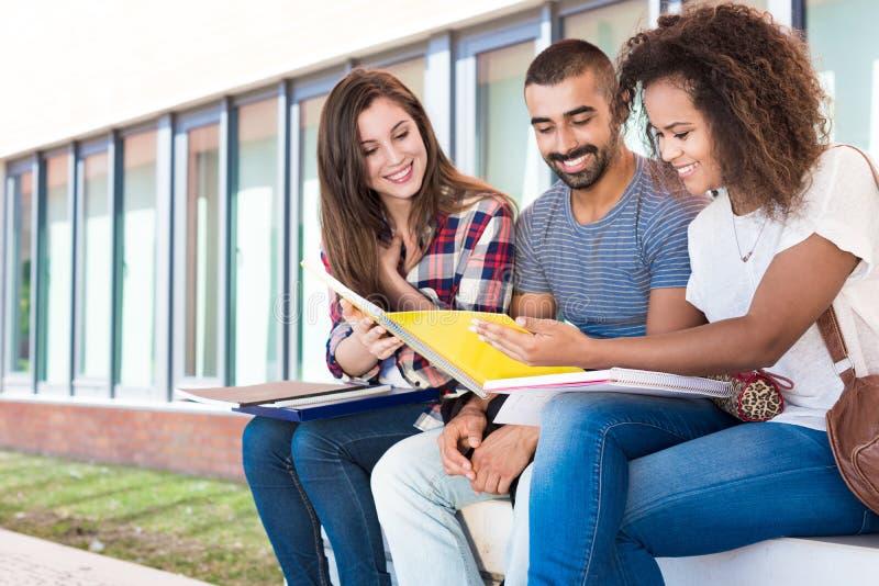 Estudiantes en campus de la escuela imágenes de archivo libres de regalías
