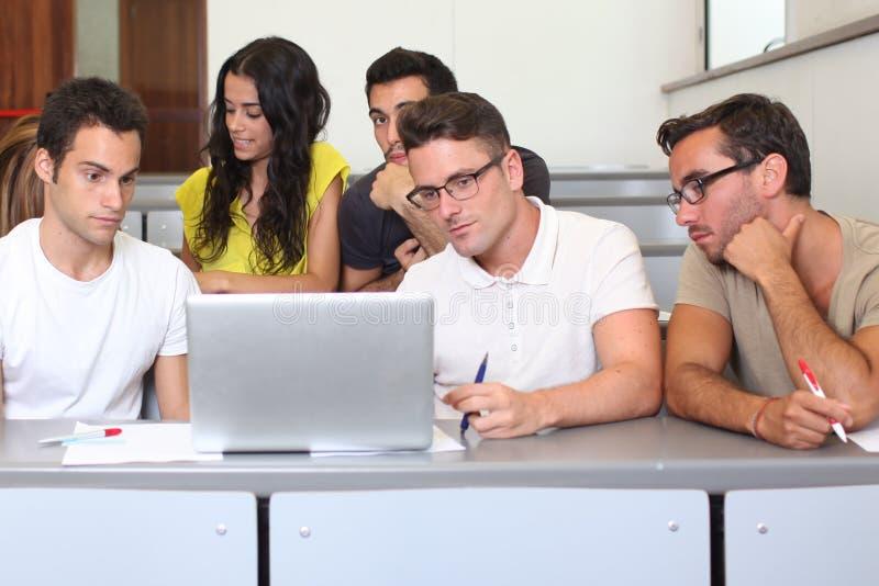 Estudiantes en clase foto de archivo
