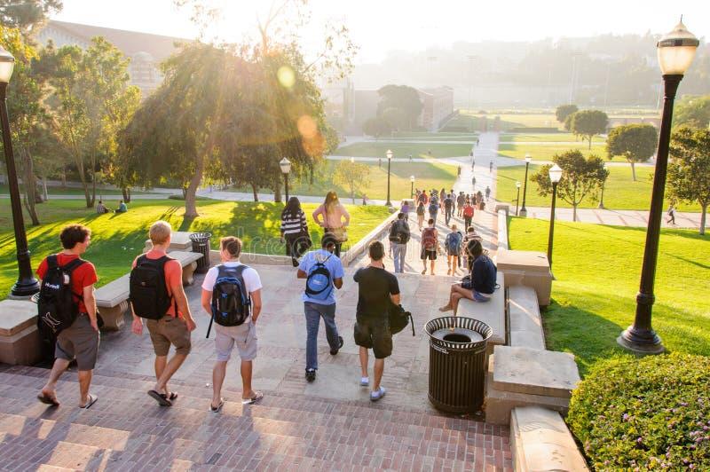 Estudiantes en el campus del UCLA imagen de archivo