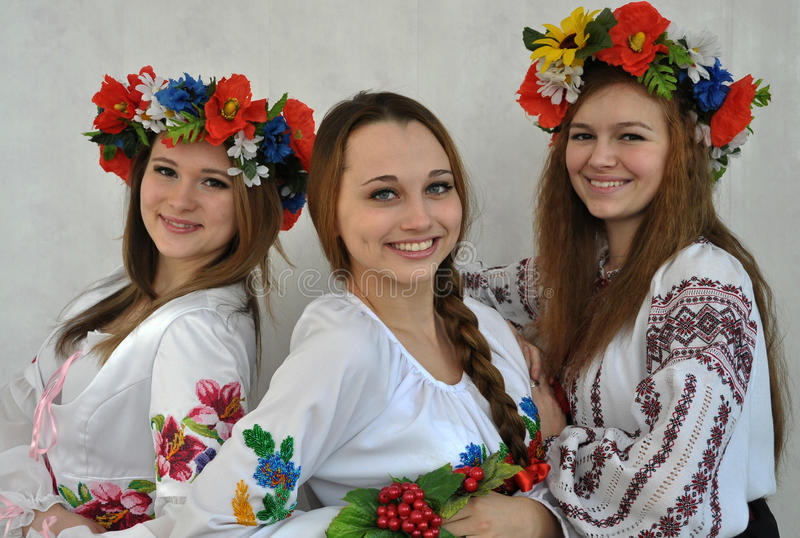 Estudiantes en el clothes_2 bordado ucraniano nacional fotos de archivo libres de regalías