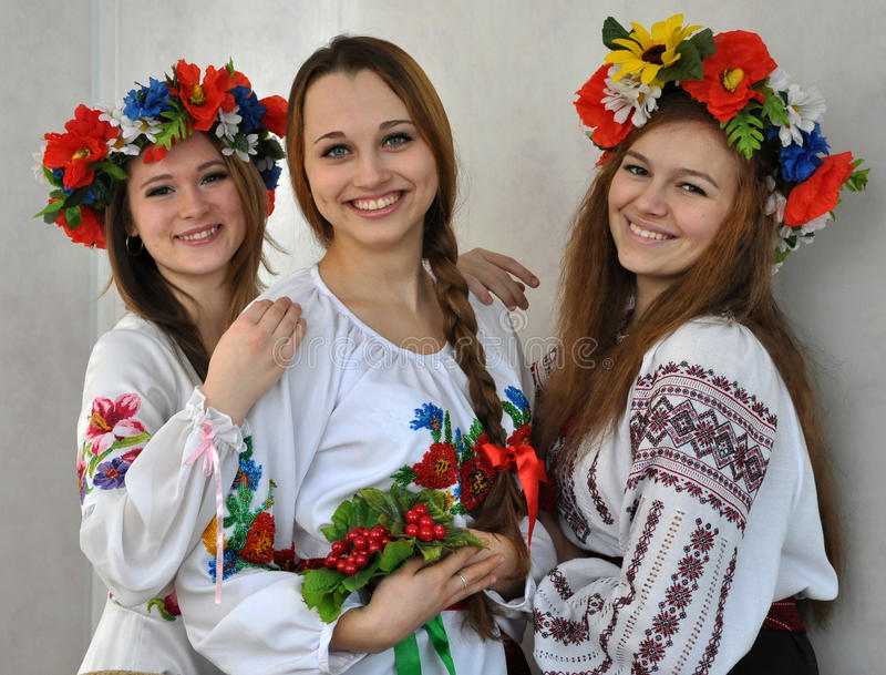 Estudiantes en el clothes_3 bordado ucraniano nacional imagenes de archivo