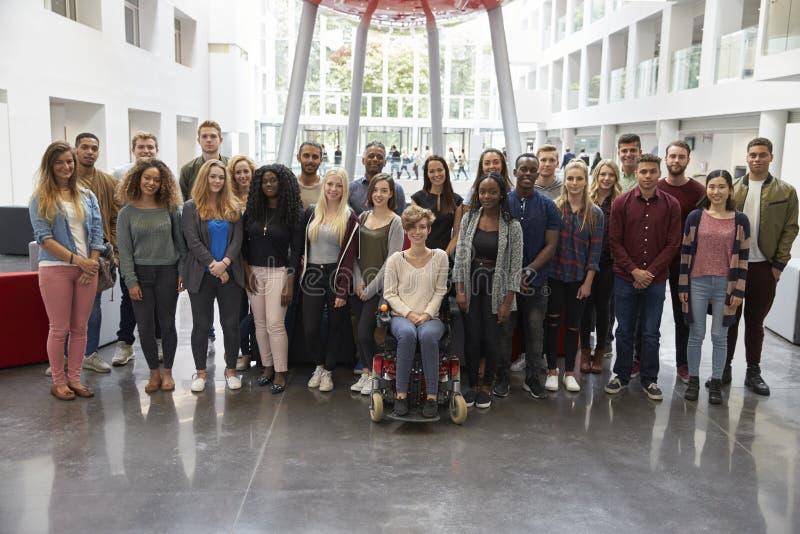 Estudiantes en el edificio moderno de la universidad, retrato grande del grupo imagen de archivo libre de regalías