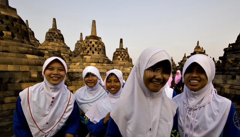 Estudiantes en el templo de Borobodur en Indonesia imagen de archivo