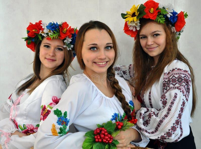 Estudiantes en la ropa bordada ucraniano nacional foto de archivo libre de regalías