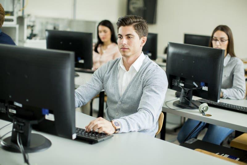 Estudiantes en la sala de clase imagen de archivo libre de regalías