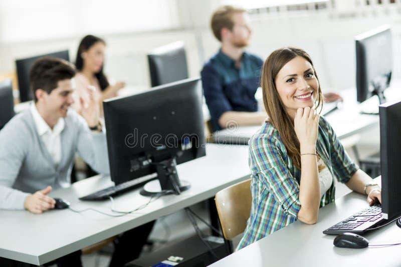 Estudiantes en la sala de clase fotografía de archivo