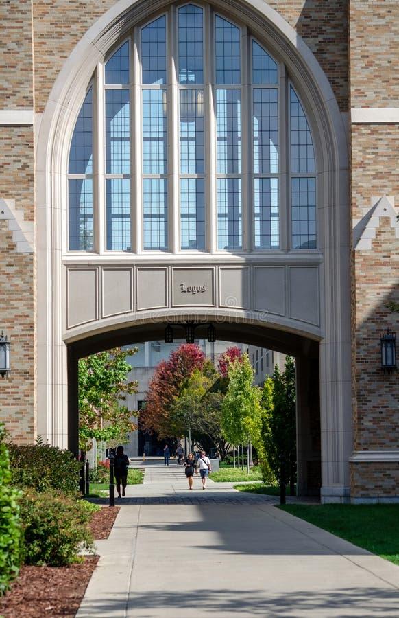 Estudiantes en Notre Dame Campus fotos de archivo