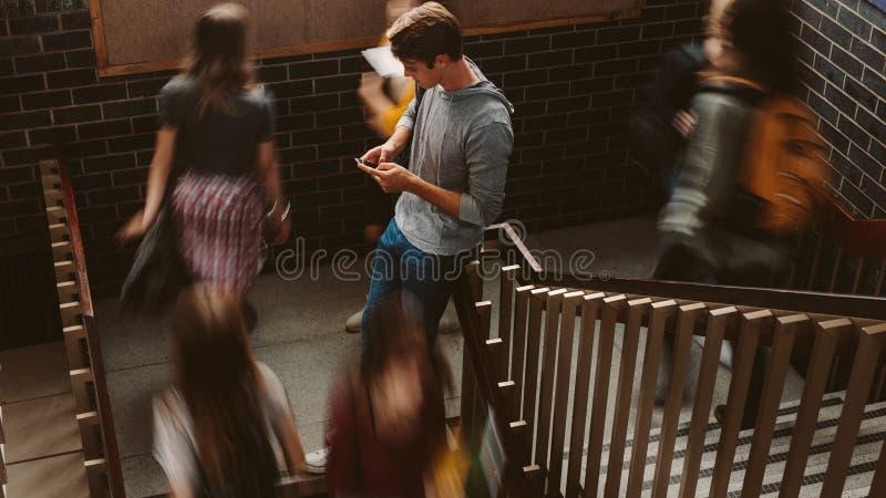 Estudiantes en pasos del campus de la universidad fotos de archivo