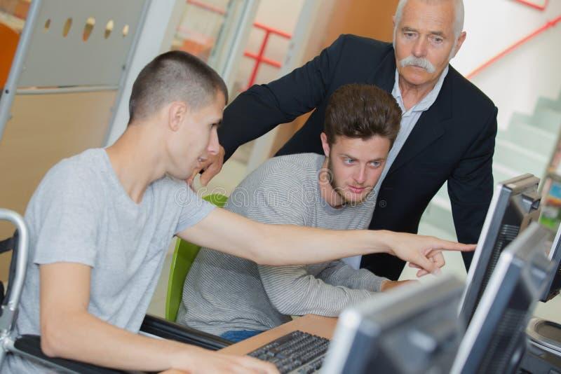 Estudiantes en sala de clase de la informática imagenes de archivo