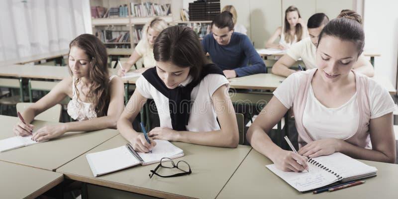 Estudiantes en sala de clase en examen fotografía de archivo libre de regalías