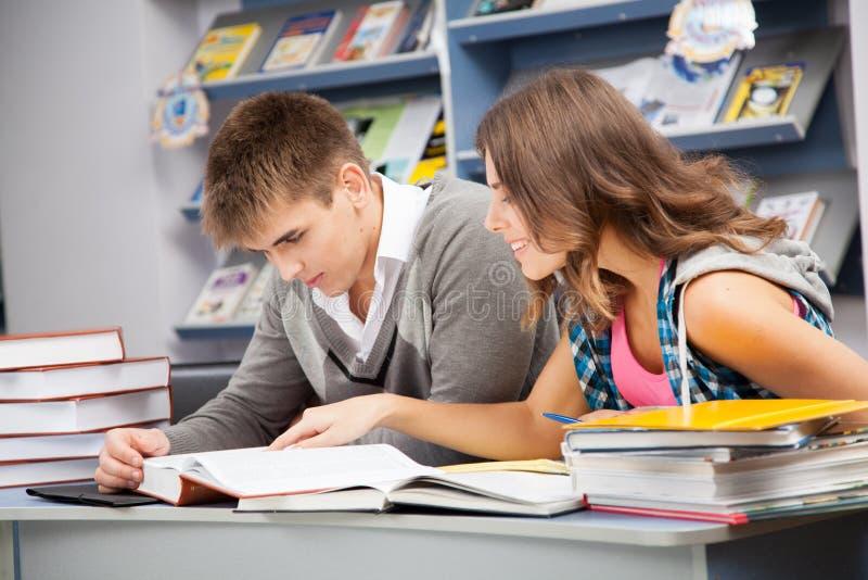Estudiantes en una biblioteca imagen de archivo libre de regalías