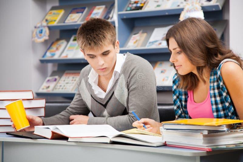 Estudiantes en una biblioteca foto de archivo libre de regalías