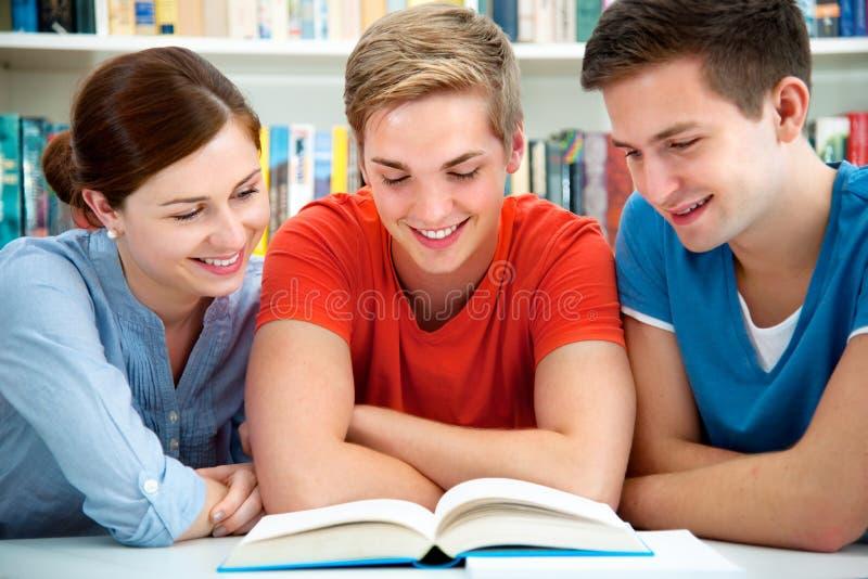 Estudiantes en una biblioteca de universidad foto de archivo libre de regalías