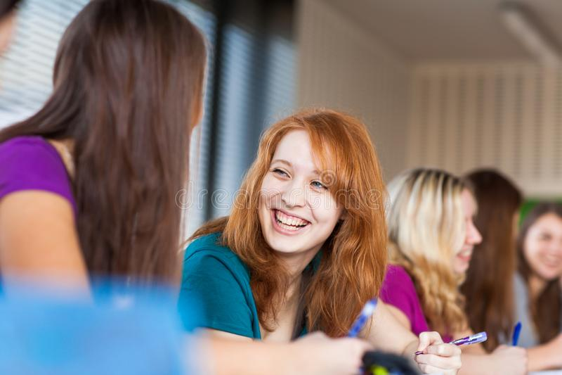 Estudiantes en una sala de clase durante clase imagen de archivo libre de regalías