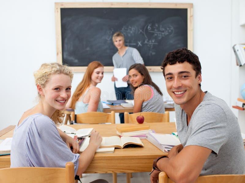 Estudiantes felices que sonríen en la cámara fotos de archivo