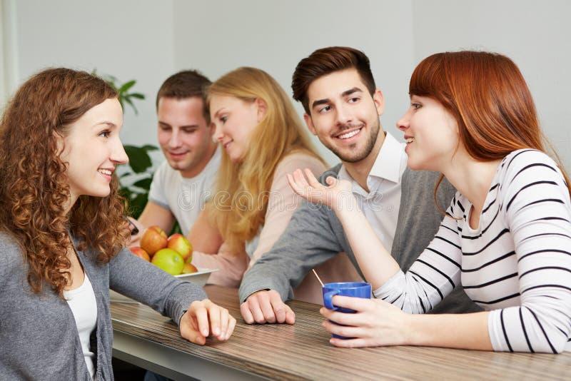 Estudiantes que toman el descanso para tomar café imagen de archivo