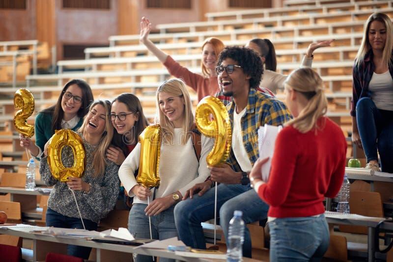 Estudiantes internacionales sonrientes que celebran día de fiesta foto de archivo
