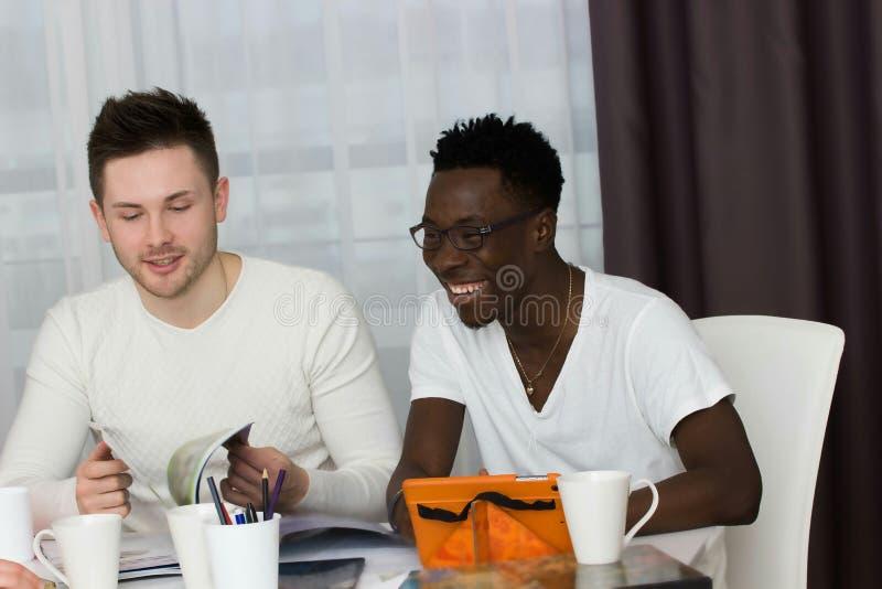 Estudiantes internacionales studing en sala de estar fotografía de archivo