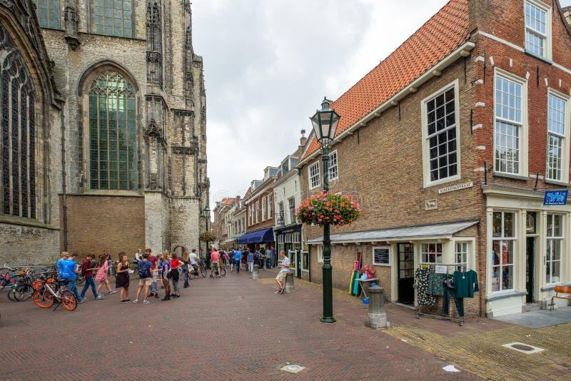 Estudiantes jovenes en el centro de ciudad de la cerámica de Delft, Nethherlands imágenes de archivo libres de regalías