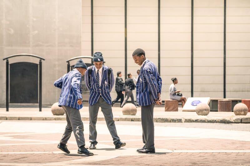Estudiantes jovenes en el cuadrado Johannesburgo de Gandhi imagen de archivo