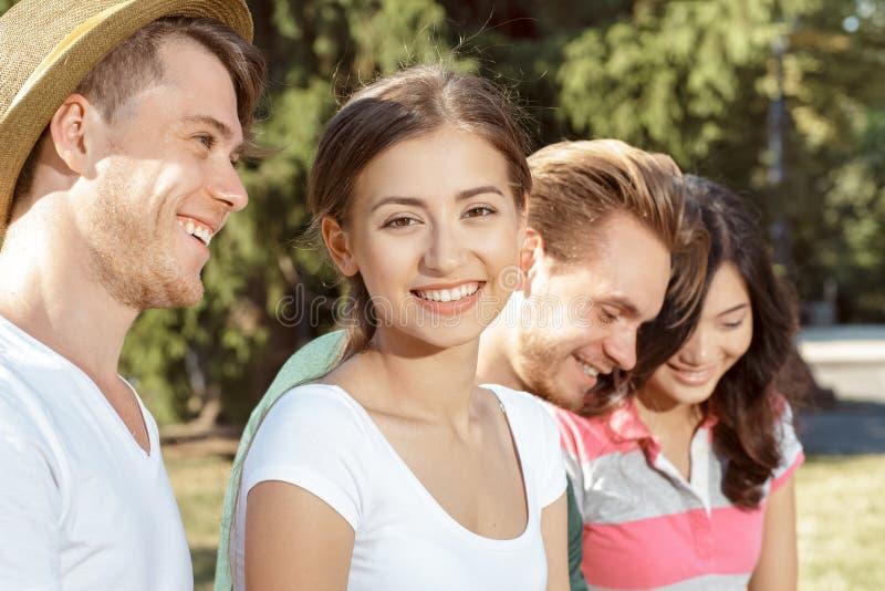 Estudiantes jovenes felices fotografía de archivo libre de regalías