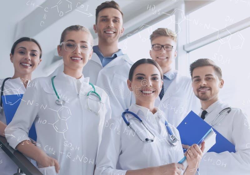Estudiantes jovenes felices del departamento de química imagen de archivo libre de regalías