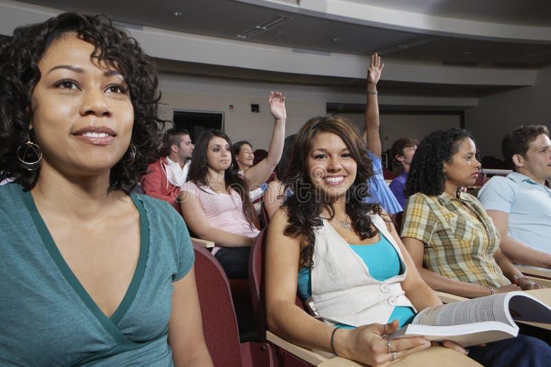 Estudiantes multiétnicos en sala de clase fotografía de archivo
