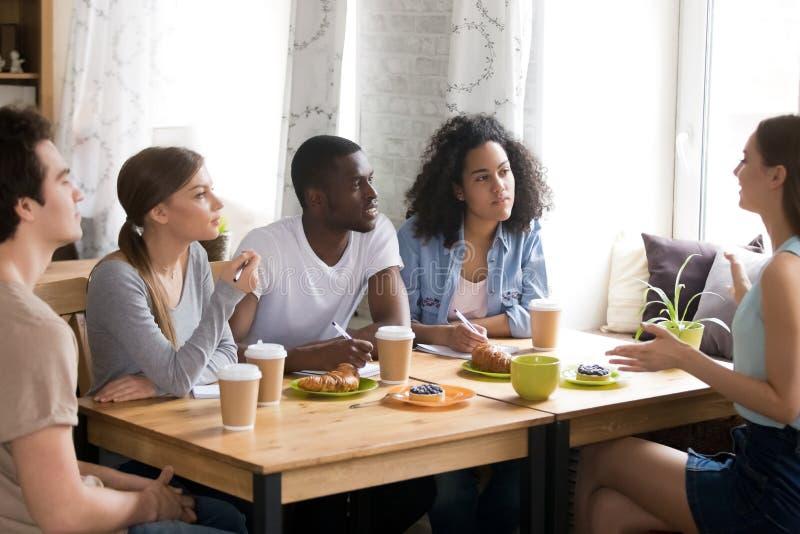 Estudiantes multirraciales que estudian junto en el café, intercambio de ideas, ideas de la parte imagenes de archivo