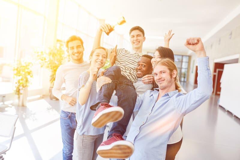 Estudiantes que animan como ganadores fotos de archivo