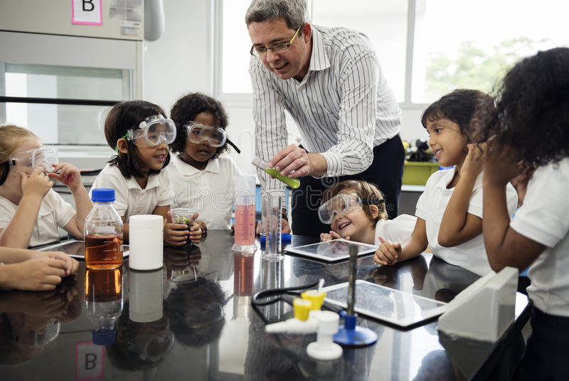 Estudiantes que aprenden en laboratorio del experimento de la ciencia fotos de archivo libres de regalías