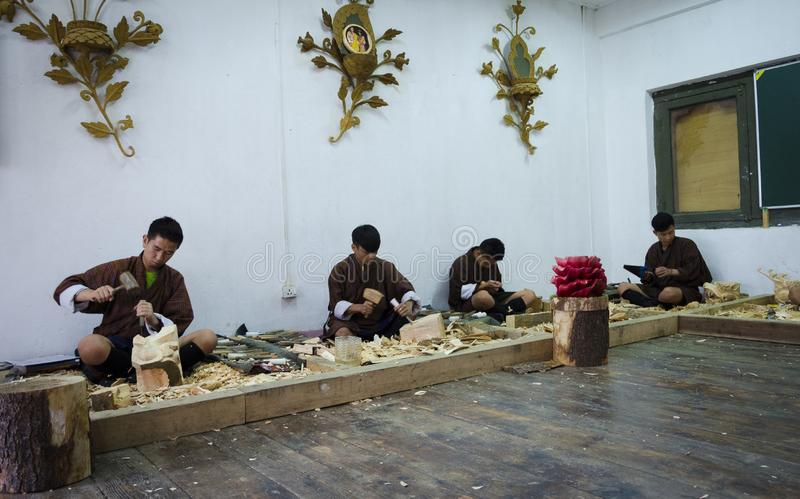 Estudiantes que aprenden la talla butanesa tradicional de madera fotos de archivo