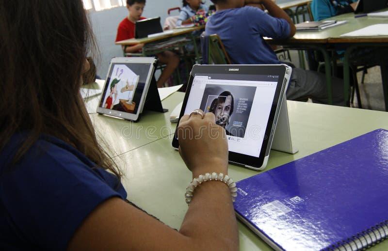 Estudiantes que aprenden los peligros y las buenas aplicaciones de Internet y de las redes sociales fotos de archivo libres de regalías